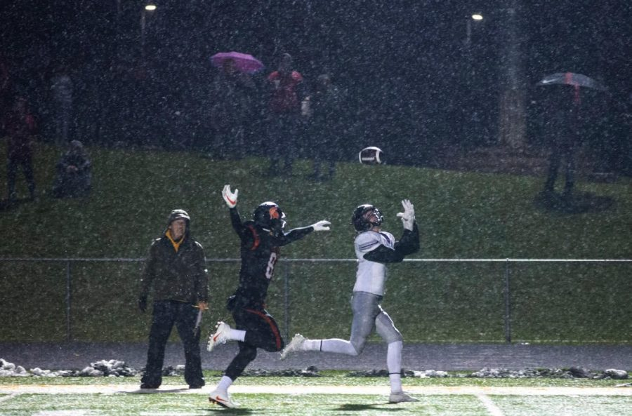 Kelby Telander catches touchdown pass thrown by Drake Woody in 3A playoff game against Solon