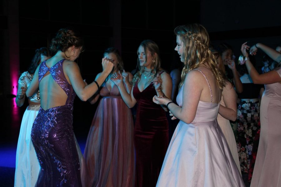 Grace QV, Maddy Ring and others dancing at prom 2019