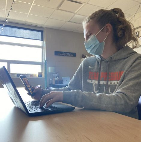 Laney Prelle, sophomore, works on schoolwork and social media at the same time.